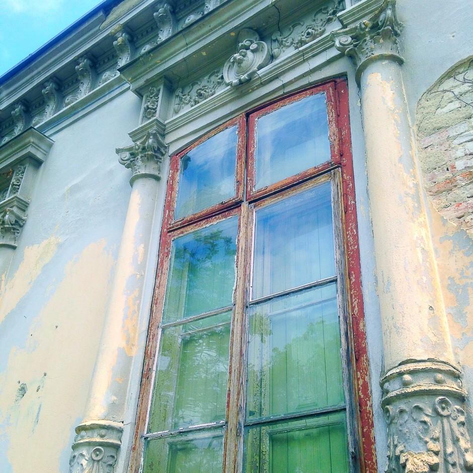 """Casa cu geamuri bombate"""